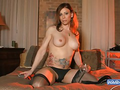Naughty TMILF Jasmine Jewels pissing in a glass